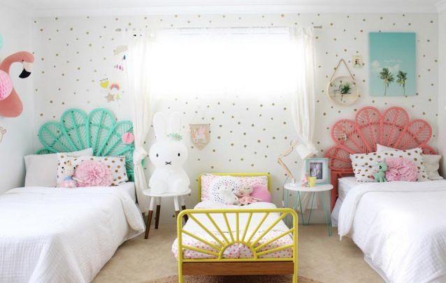 quarto com cama de ferro para três meninas