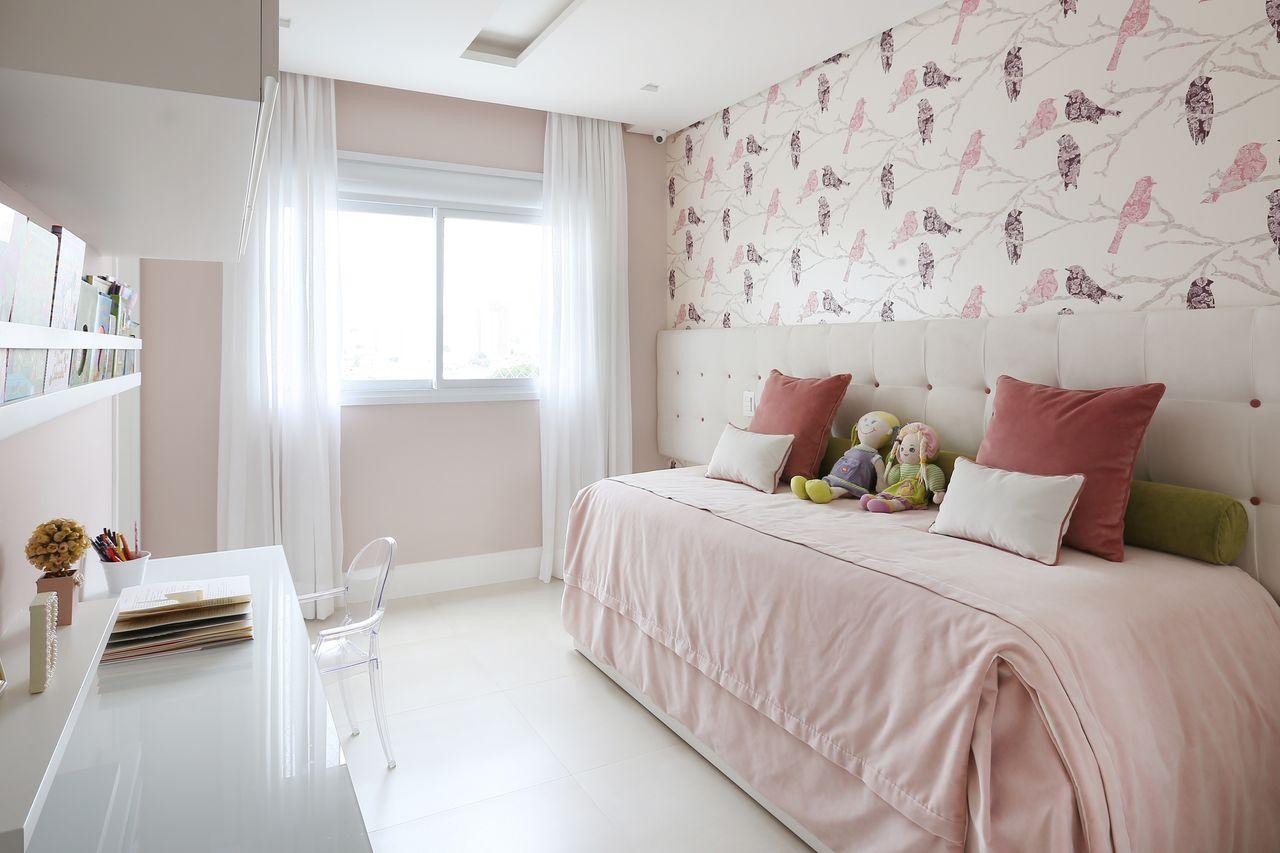 quarto de criança feminino com papel de parede de pássaros.