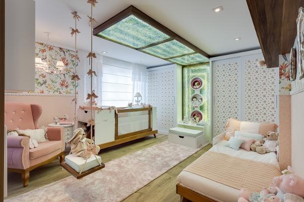 quarto de menina e bebê rosa com papel de parede