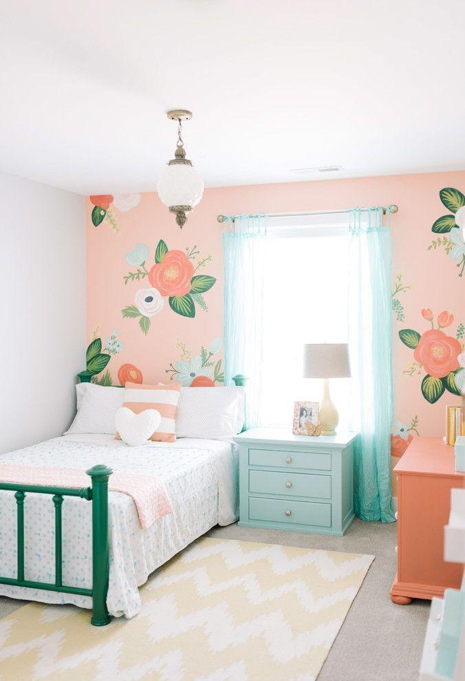 Decoração infantil com papel de parede com flores.