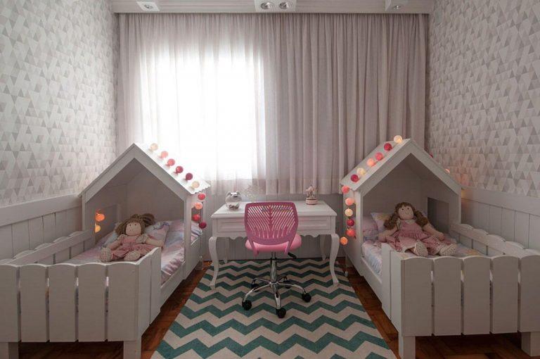 Decoração com escrivaninha e camas para irmãs.