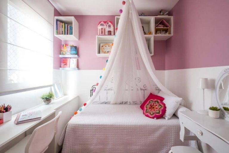 Quarto de menina rosa com cortinado delicado.