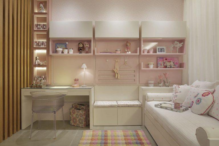 Decoração infantil com painel de madeira e nichos com brinquedos.