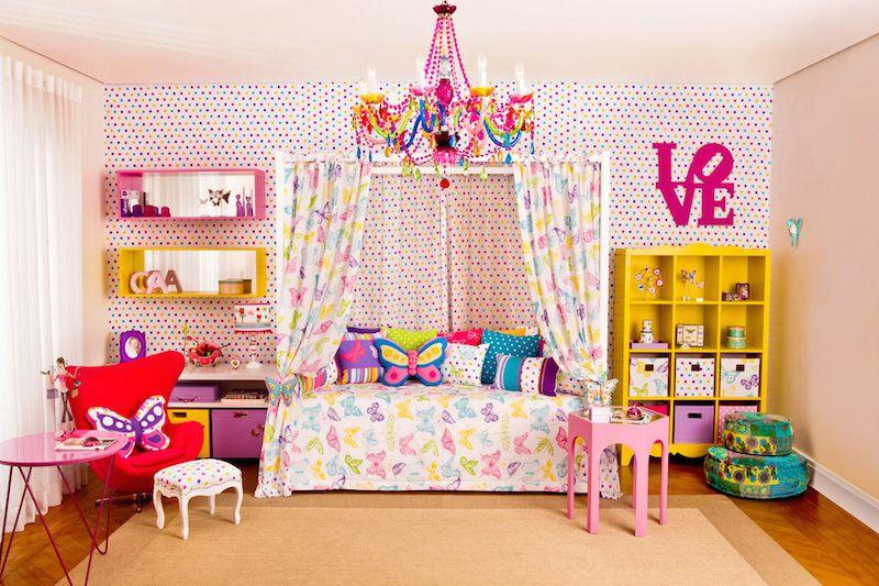 Decoração para criança com lustre colorido.