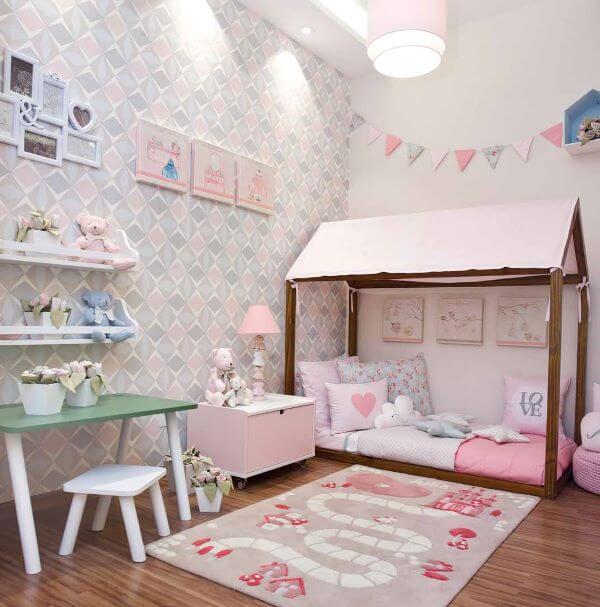 Quarto de menina rosa e lilás com tapete divertido.