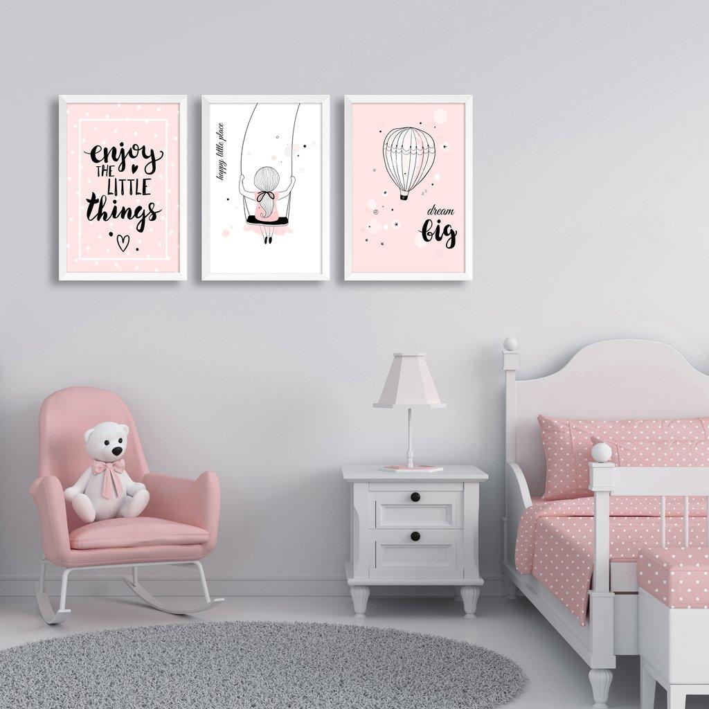 Quarto de menina com decoração delicada rosa e branco, com tapete redondo de pelo médio.