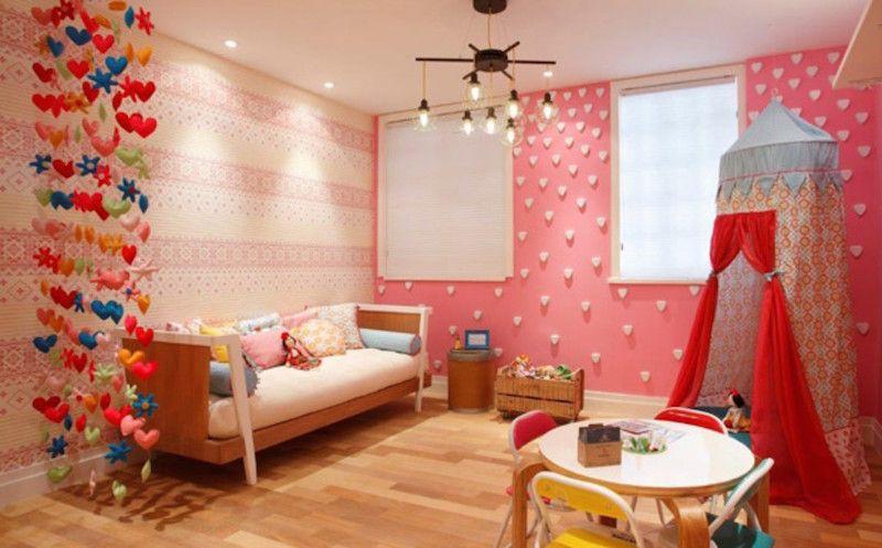 Decoração infantil colorida com lustre moderno e spots de led.