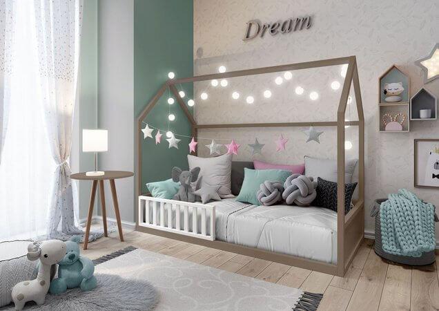Quarto de menina branco e verde com cama de casinha.