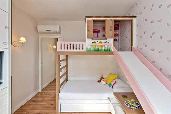 Beliche infantil com cama e escorregador.