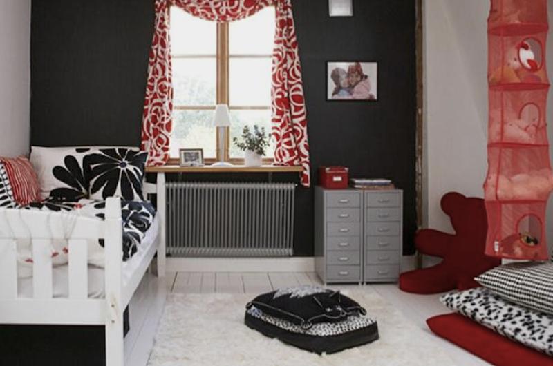 Quarto de menina com decoração vermelho e preto.