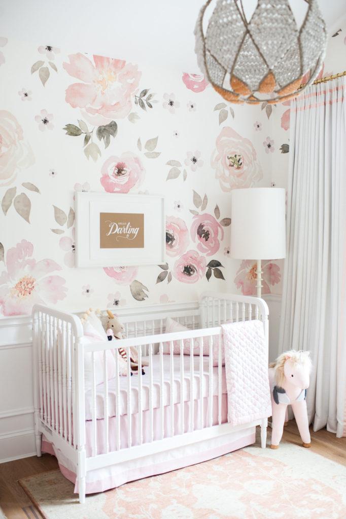 quarto de infantil decorado delicado com papel de flores