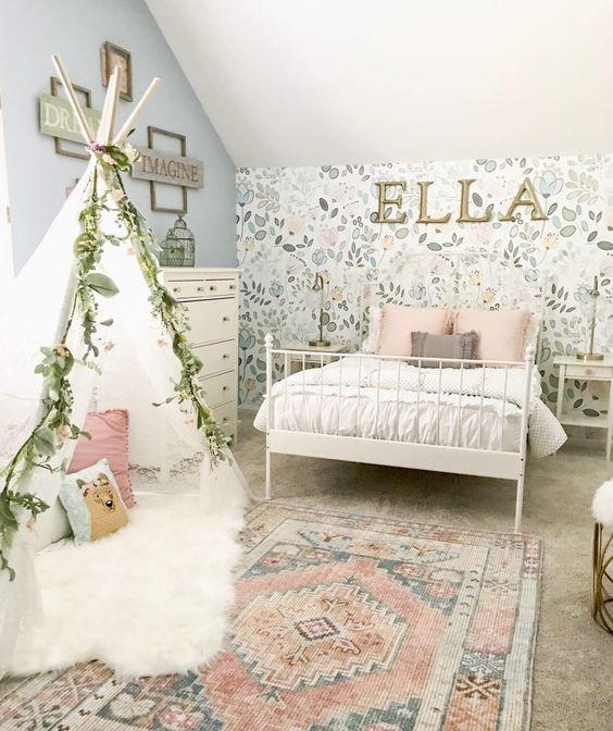 quarto de menina boho com papwl de parede floral.