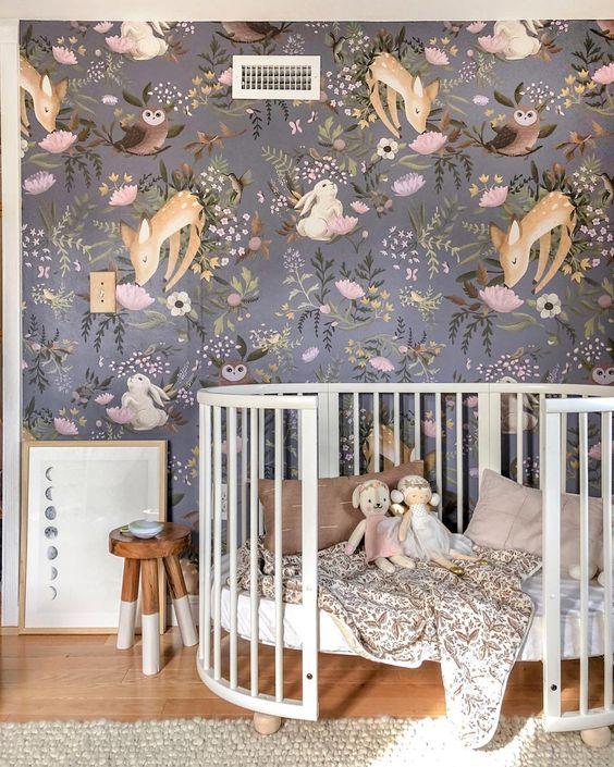 quarto decorado com papel de parede lilás