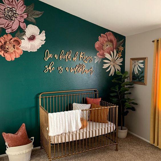 quarto de bebê menina com flores rosa