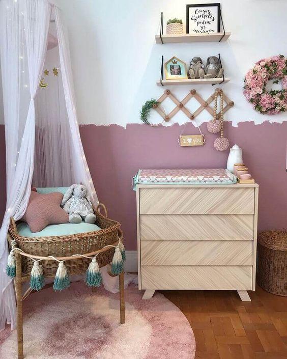 quarto infantil com mini berço de vime