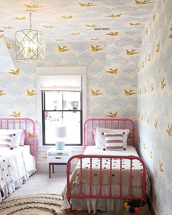 quarto de criança com papel de parede no teto.