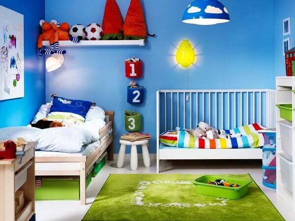 Decoração infantil com azul e verde.