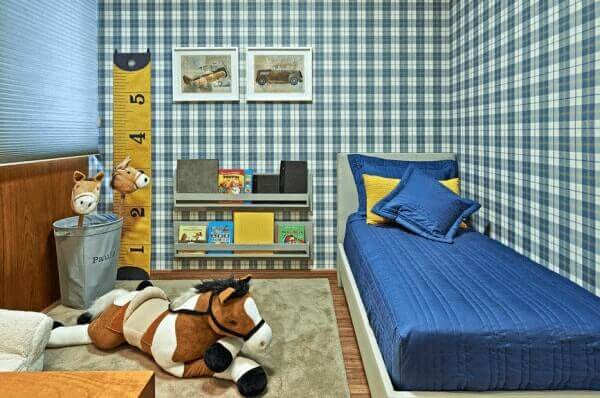 Decoração infantil com papel de parede com estampa xadrez.