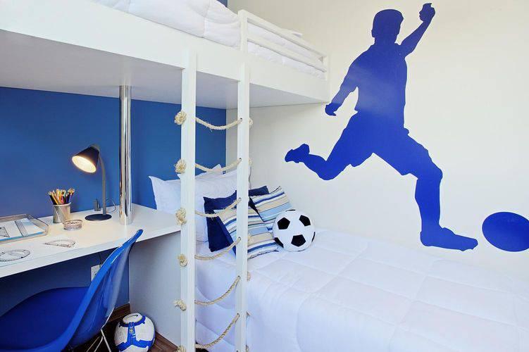 Decoração infantil com adesivo de futebol.