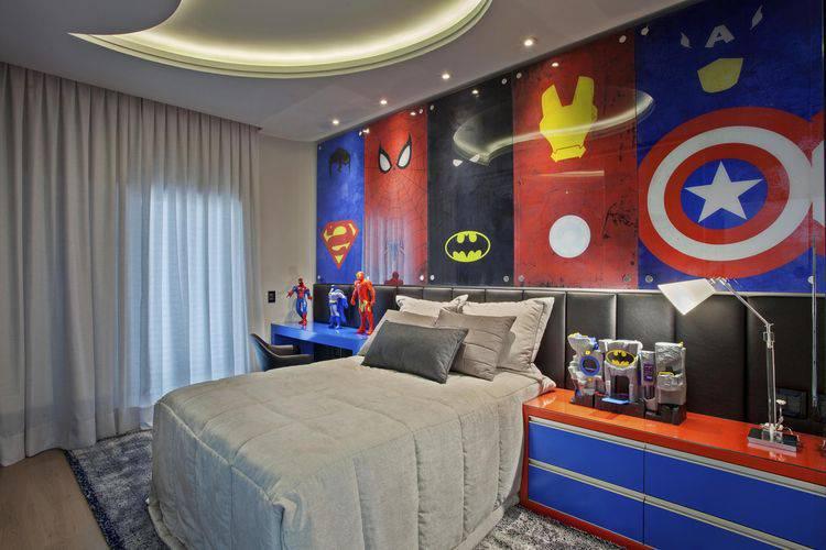 Quarto de menino com decoração do Homem de Ferro, Capitão América, Batman e Super-Man.