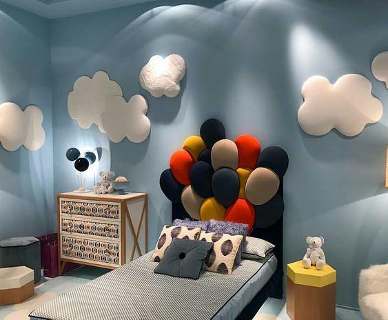 Quarto de menino com decoração inspirada no filme UP Altas Aventuras.