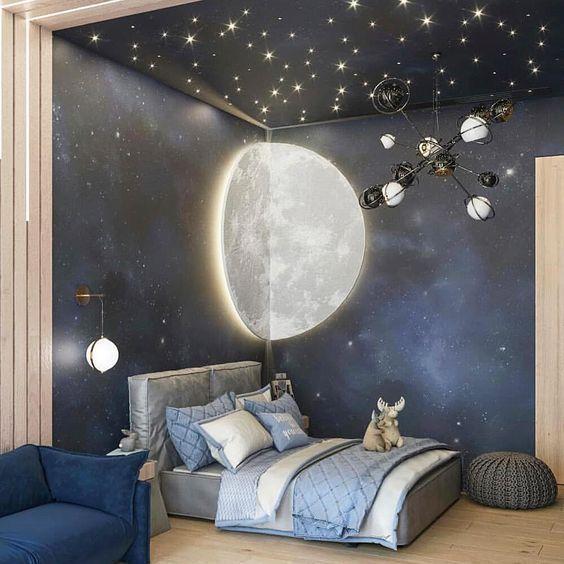 Quarto com decoração de galáxia e iluminação de fibra ótica.