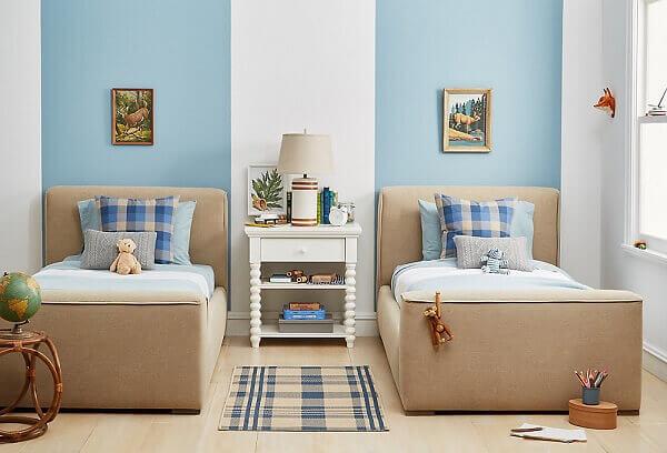 Quarto duplo branco e azul com decoração infantil.