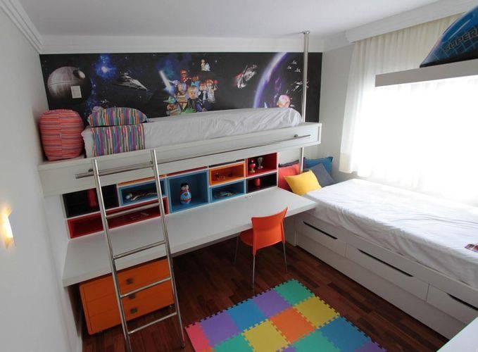 Beliche com cama e escrivaninha.