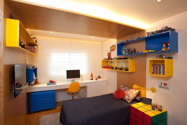 Quarto infantil com nichos coloridos e cabeceira de madeira.