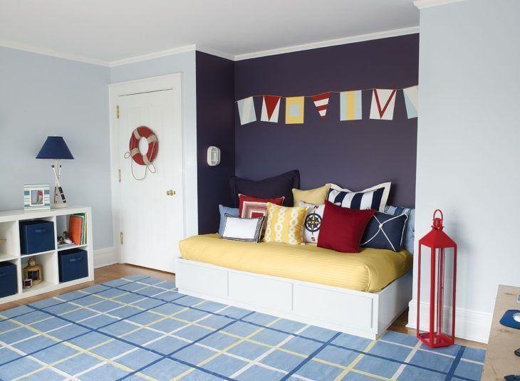 Decoração infantil azul e amarela com pintura de bandeirinhas.