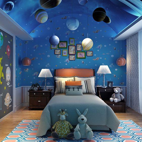 Quarto de menino com decoração com tema de galáxia, universo e planetas.