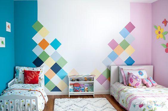 quarto menino e menina com parede metade azul metade rosa.