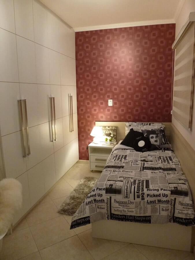 Papel de parede estampado em cômodo pequeno.