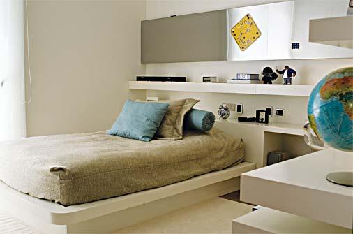 Móveis planejados no quarto com decoração simples.