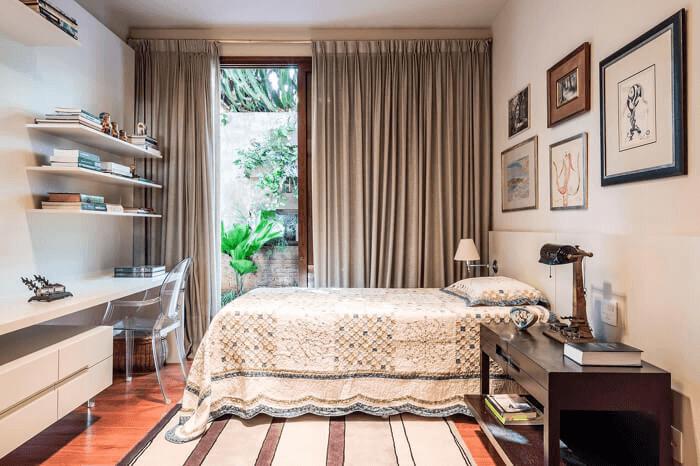 Móveis planejados e cores neutras utilizadas na decoração da casa.