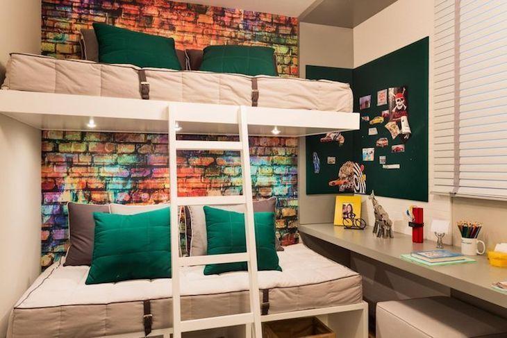 Beliche planejada com papel de parede de tijolinho.
