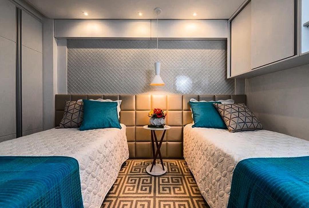 Cabeceira estofada para duas camas de solteiro.