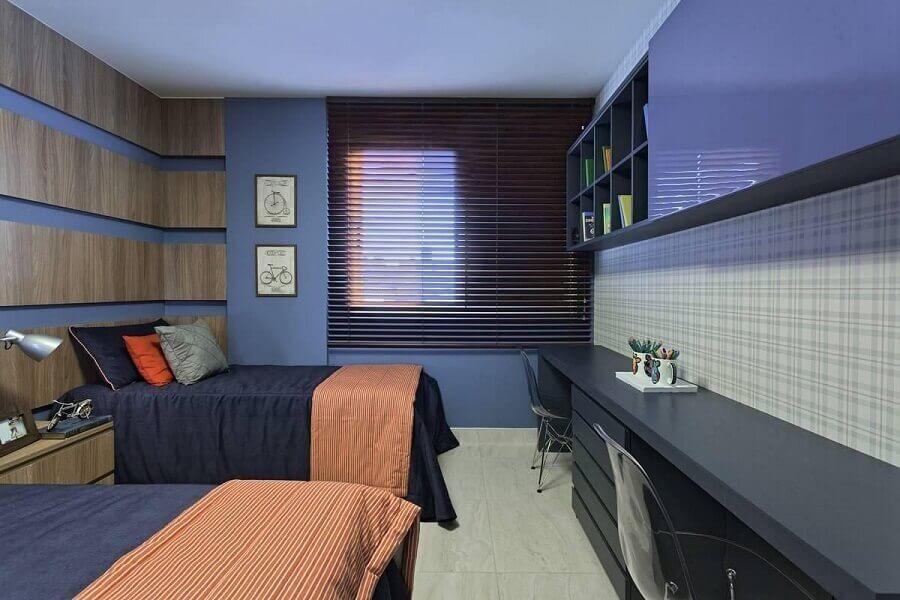 Quarto de solteiro com duas camas e decoração moderna.