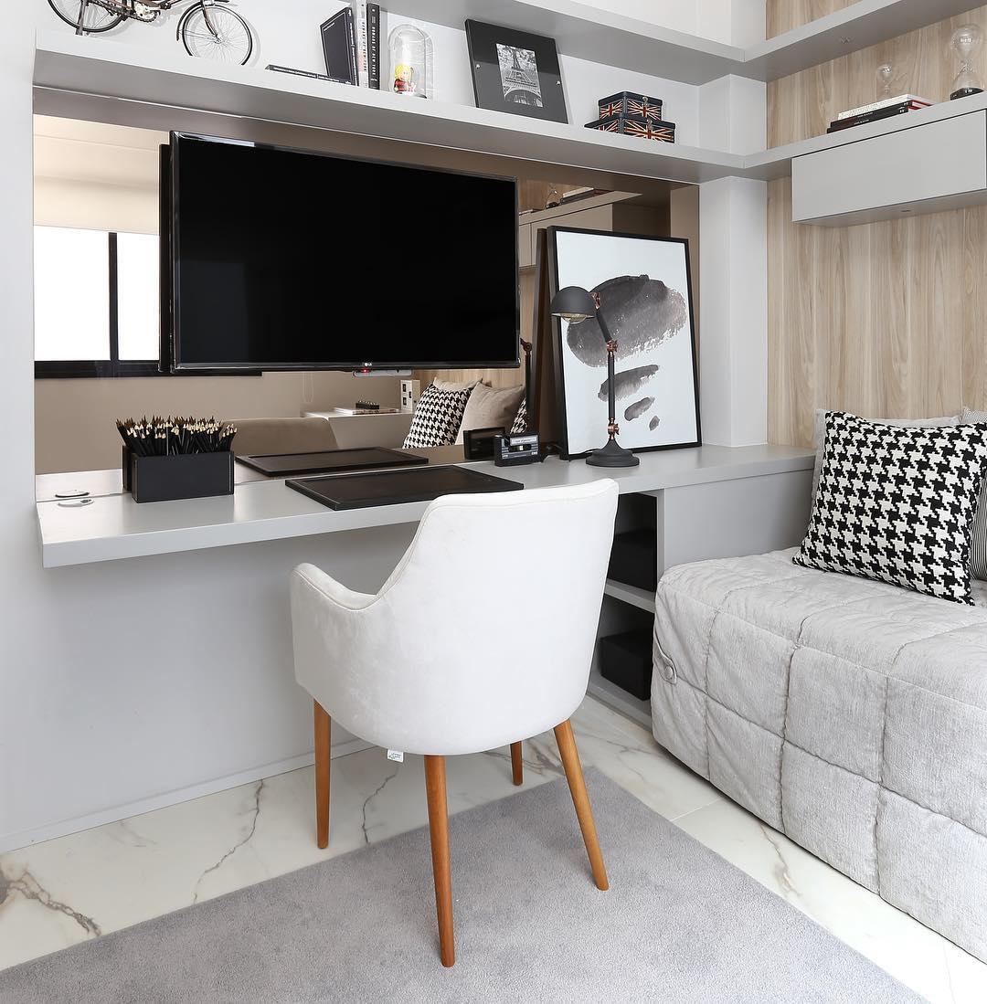 Escrivaninha planejada de madeira e cor cinza.