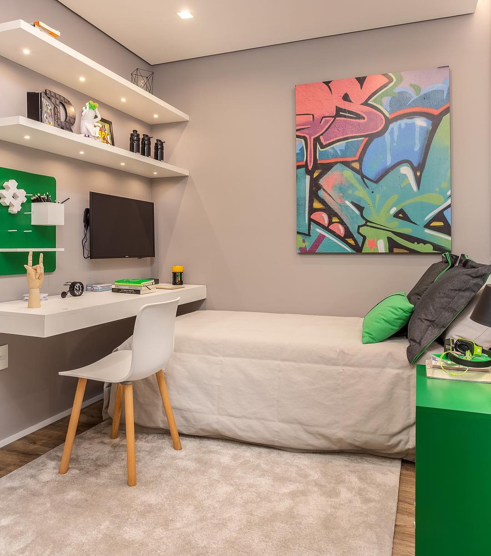 Escrivaninha branca e bancada em quarto de solteiro.