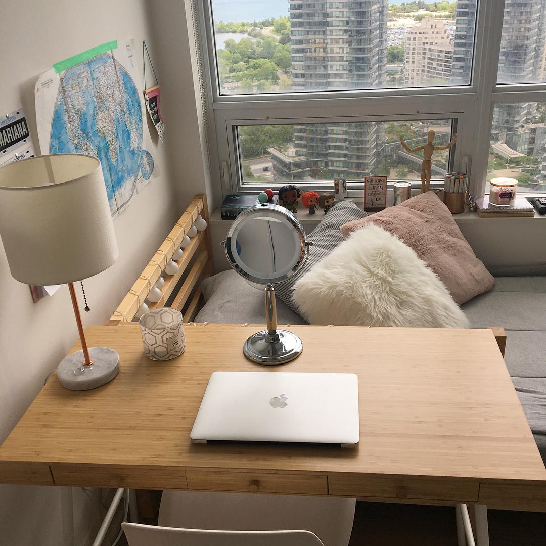 Escrivaninha de madeira no quarto pequeno.
