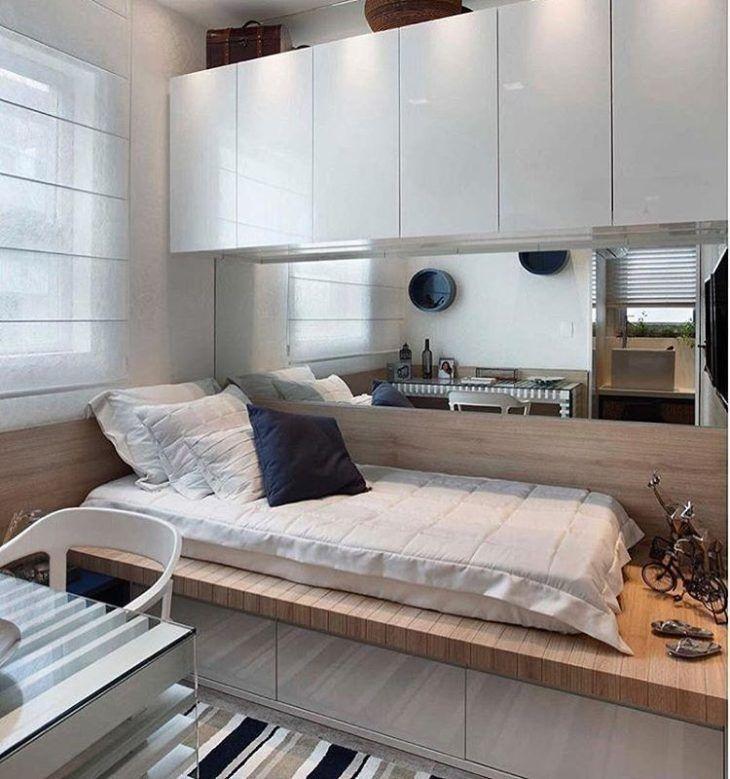 Cama planejada de madeira com gaveteiro branco.