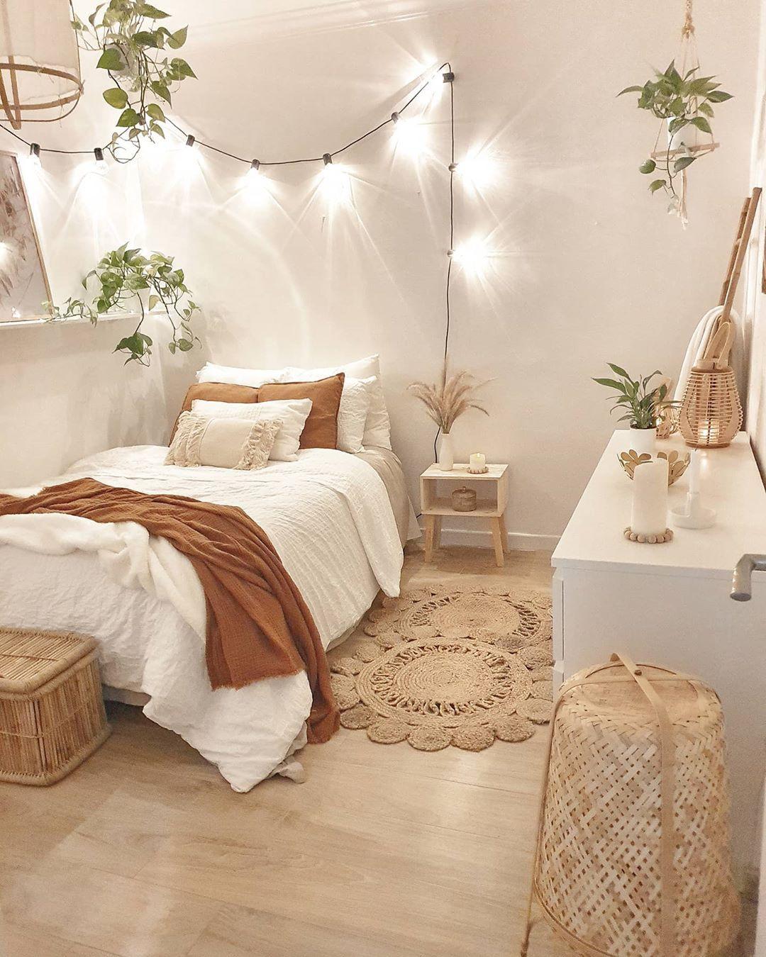 Decoração minimalista com plantas e palha.