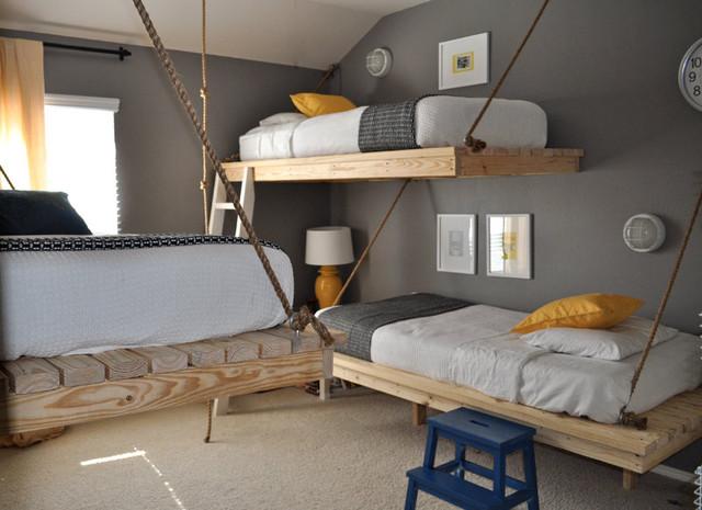 Decoração de quarto com três camas suspensas.
