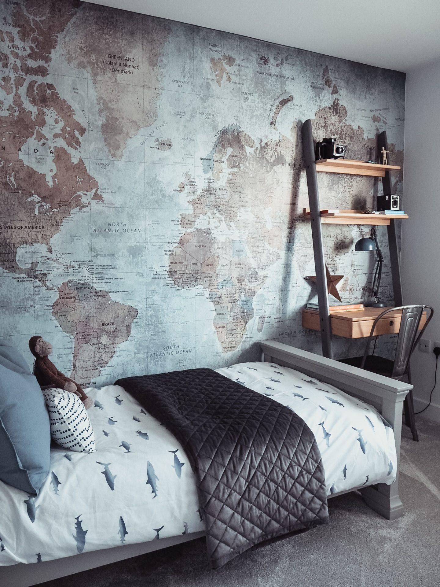 Decoração com papel de parede de mapa do mundo.