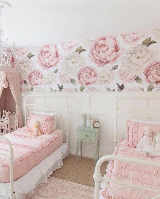 quarto feminino com boiserie e papel de parede