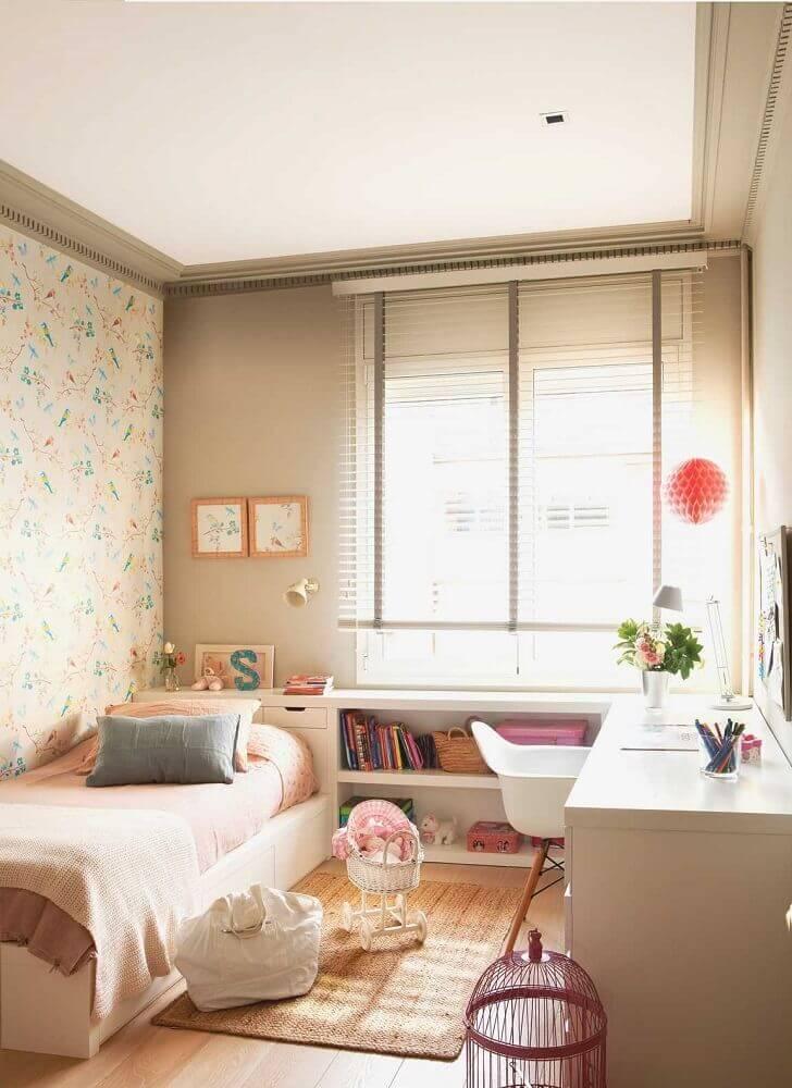 quarto feminino com papel de parede flora.