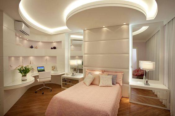 quarto feminino com espelhos e sanca de gesso.