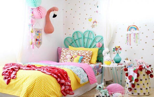 quarto de criança super colorido com cama azul tiffany