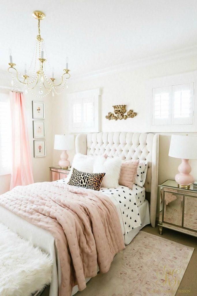 quarto com móveis espelhedos